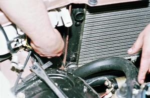 Снять радиатор охлаждения ВАЗ-2110