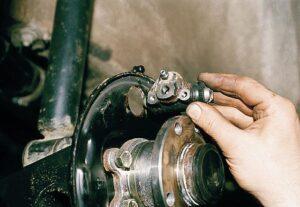 Замена заднего тормозного цилиндра ВАЗ-2110
