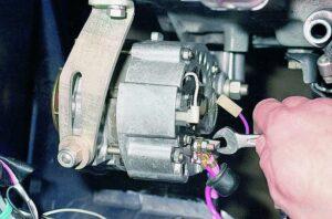 Снять генератор ВАЗ-2115