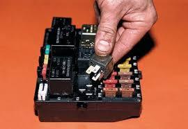 Где находится реле зарядки на ВАЗ-2107